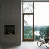 Камин и большие панорамные окна. Одноэтажный коттедж в лесу