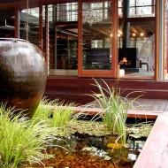 Открытая внутренняя терраса с деревянным настилом