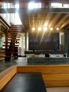 Дизайн интерьеров коттеджа - гостиная и открытая лестница на второй этаж