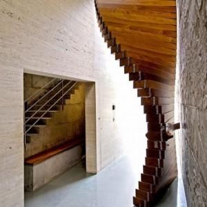 Дверь из отдельных движущихся деревянных элементов