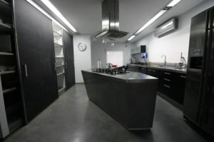 Открытая кухня черного цвета. Интерьеры коттеджа