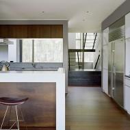 Светлая кухня с барной стойкой. Интерьеры коттеджа