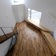 Лестница на второй этаж в современном японском городском доме.