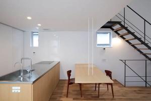 Подвесной дом и кухня в японском городском коттедже