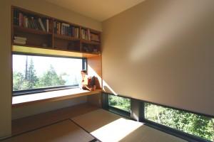 Узкие вытянутые окна с жилых помещениях коттеджа