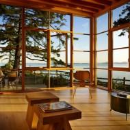 Дизайн интерьеров коттеджа. Светлая гостиная с большими окнами