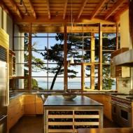 Кухня в тонах натурального дерева в коттедже