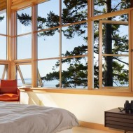 Спальня в коттедже с большими окнами