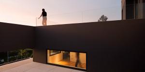 Плоская крыша использована как терраса со стеклянными перилами