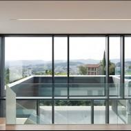 Стеклянные перегородки и большие окна в коттедже