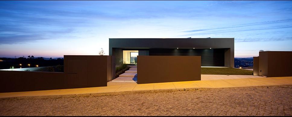 Проект просторного трех-уровневого коттеджа с гаражом