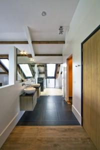 Ванная комната с душевой каьиной в коттедже