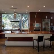 Современная кухня с отдельно стоящей барной стойкой