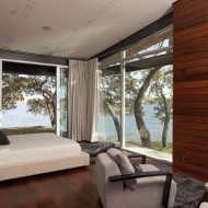 Планировка современного коттеджа. Спальня на втором этаже, большие окна