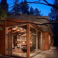 Мини коттедж с отделкой деревянными панелями