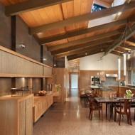 Дизайн интерьеров коттеджа. Просторная кухня
