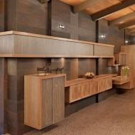 Сочетание деревянных и каменных панелей в дизайне интерьера коттеджа