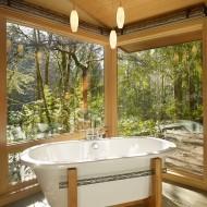 Открытая ванная комната с окнами