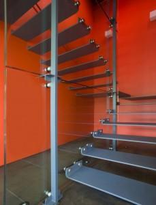 Металлическая лестница в коттедже с прозрачными боковинами