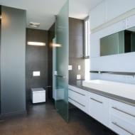 Дизайн просторной ванной комнаты в коттедже