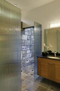 Дизайн ванной комнаты в коттедже Раздвижные перегородки из фактурного стекла