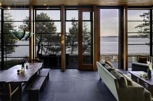 Обеденный стол из массива отполированной древесины примыкает к гостиной
