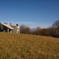 Проект современного коттеджа. Общий вид с ближайших полей