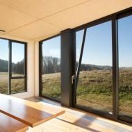 Большие окна коттеджа позволяют любоваться окружающим пейзажем