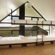 Двух-ярусная кровать в детской спальне коттеджа