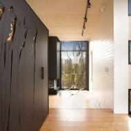 Стены с накладными панелями, покрытыми фигурной вырубкой