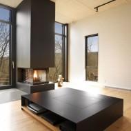 Дизайн интерьера гостиной с камином в современном коттедже