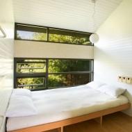 Спальня на верхнем этаже коттеджа со встроенной кроватью