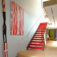 Лестница на второй этаж коттеджа яркого цвета