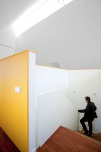 Сочетание белых стен и потолков с яркими цветными элементами в интерьере коттеджа