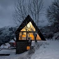 Теплый каменный коттедж зимняя съемка