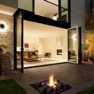 Внутренний дворик со стационарным газовым камином в камнях