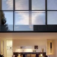 Большие окна второго и третьего этажа коттеджа