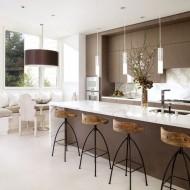 Оригинальные высокие барные стулья на кухне коттеджа