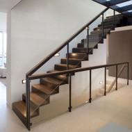 Лестница из натурального дерева с прозрачными перилами