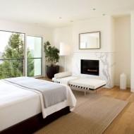 Спальня с камином в городском коттедже
