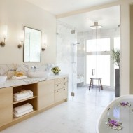 Ванная комната с душевой кабиной и овальной ванной в светлых тонах