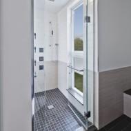 Сан-узел душевая комната за прозрачной дверью в коттедже
