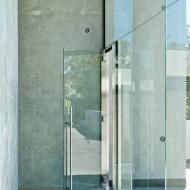 Вход в коттедж, толстое витринное стекло до уровня второго этажа