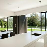 Открытая кухня в коттедже, просторная в светлых тонах