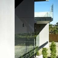 Открытые террасы огорожены толстым стеклом