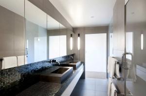 Дизайн ванной комнаты - минимализм, соответствует общей стилистике интерьера коттеджа