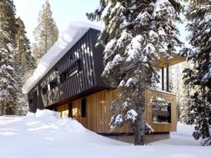 Плоская односкатная крыша коттеджа выдерживает толстый слой снега