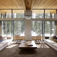 Гостиная в коттедже, большие панорамные окна