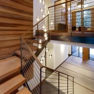Лестница на второй этаж коттеджа из кедра