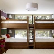 Двухъярусная кровать в детской комнате коттеджа